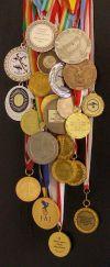 medale z zawodów mikrolotowych zdobyte przez Alka, Aśkę i Tomka
